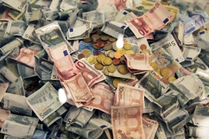 Euro s-a apreciat la 4,5667 lei