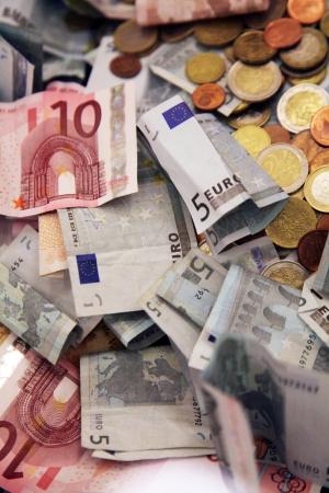 Euro s-a apreciat la 4,5859 lei